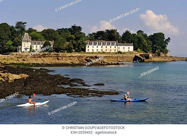 kayak in front of Tristan Island off Douarnenez, Finistere department, Brittany region, west of France, western Europe