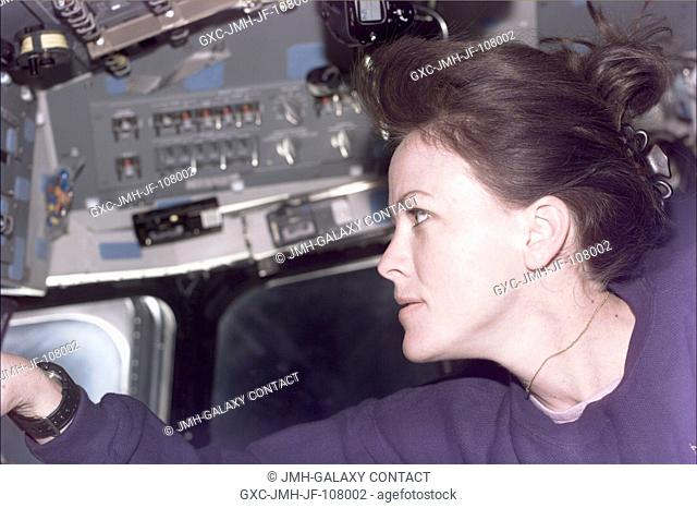 Astronaut Janet L. Kavandi, mission specialist, supports the Shuttle Radar Topography Mission (SRTM) during Red Team duties on Endeavour's aft flight deck