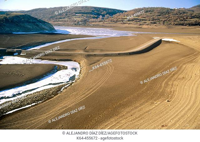 La Requejada reservoir in winter. Palencia province, Castilla-León, Spain