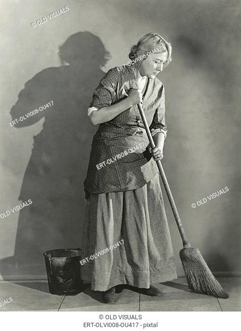 Woman sweeping floor (OLVI008-OU417-F)