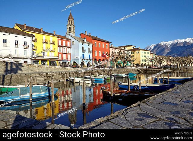 Die Bucht von Ascona (Schweiz, Tessin) liegt am Ufer des Lago Maggiore und ist aufgenommen am 22. Februar 2015