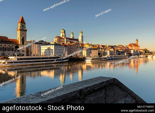 View over the Danube to the city hall, cathedral Saint Stephan and parish church St Paul, Passau, Lower Bavaria, Bavaria, Germany