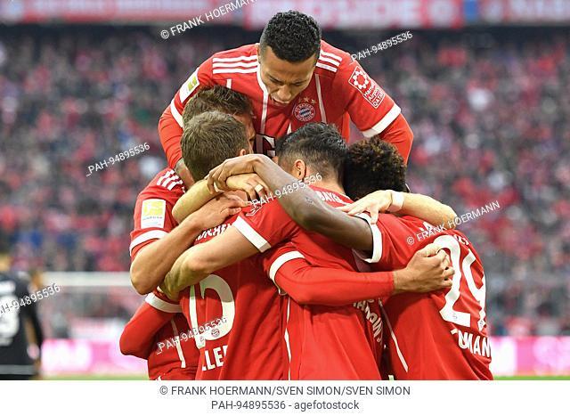 kollektiver Torjubel mit Thiago ALCANTARA (FCB,oben),Aktion,Jubel,Freude,Begeisterung,Jubeltraube. Fussball 1. Bundesliga, 4