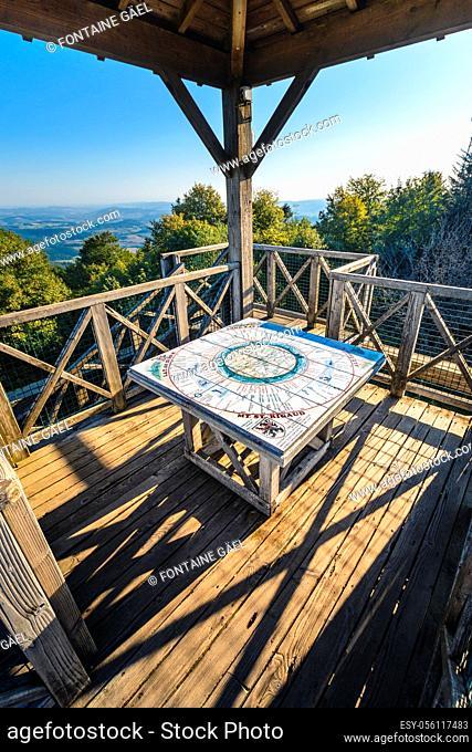 Tour en bois et table d'orientation du Mont Saint Rigaud, Haut Beaujolais