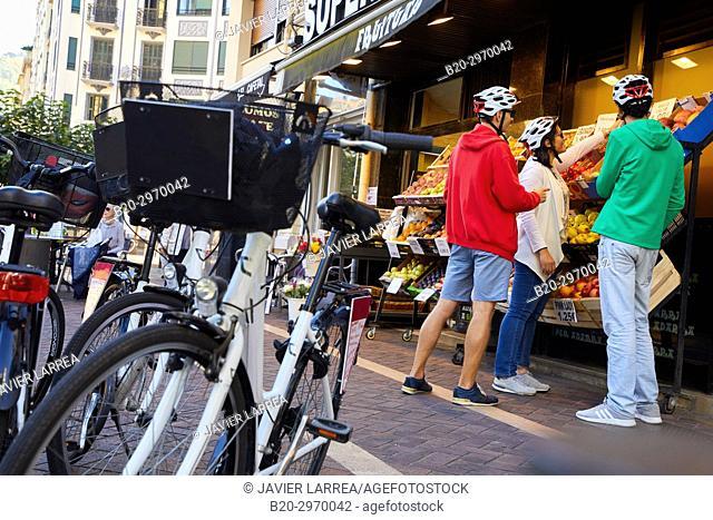 Buying fruit, Group of tourists and guide making a bicycle tour through the city, Plaza de Cataluña, Gros, Donostia, San Sebastian, Gipuzkoa, Basque Country