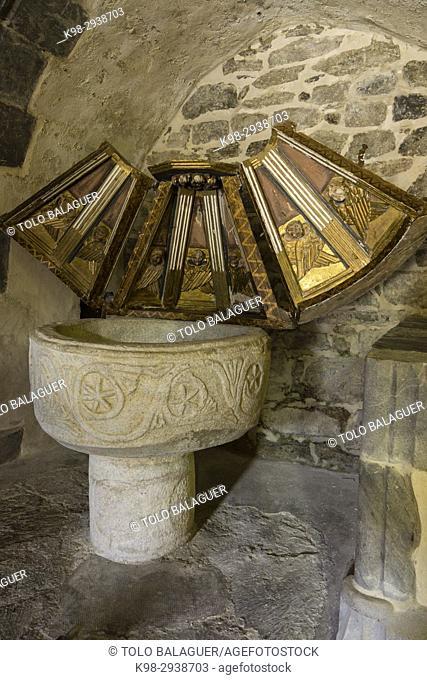 pila bautismal romanica, Sant Martin de Tours de Gausac, originalmente datada a finales del siglo XIII o principios del Siglo XIV es de estilo románico y gótico