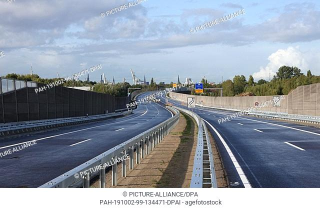 02 October 2019, Hamburg: Panoramic view in the district Wilhelmsburg onto the new federal road B75 at the junction Kornweide. A 4