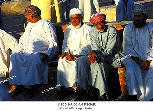 Gruppe omanischer Männer in der Nationaltracht Dishdasha und der Kummah Kappe oder dem Mussar Turban auf dem Kopf, Nizwa
