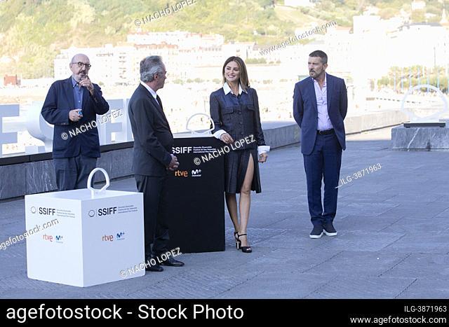 Antonio Banderas, Penelope Cruz, Oscar Martinez, Irene Escolar, Pilar Castro and Jaume Roures attends to Competencia Oficial' (Official Competition) photocall...