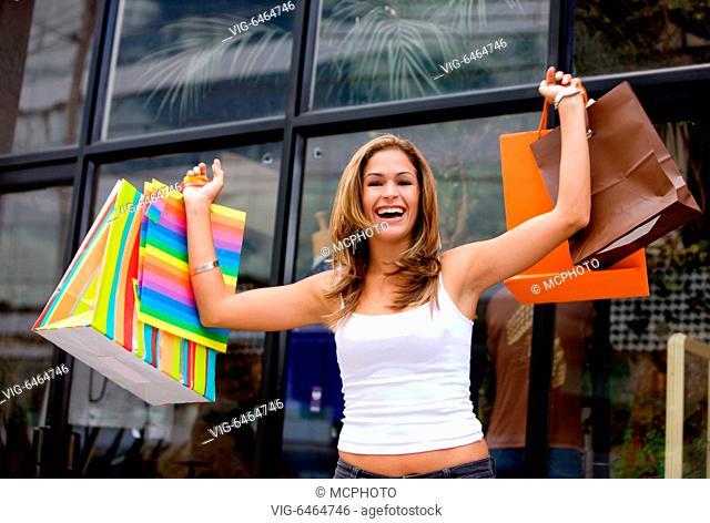 GROSSBRITANNIEN, STUDIO, Glueckliche Frau beim Shopping im SSV, Sommerschlussverkauf, bunte Einkaufstueten, - Studio, , United Kingdom, 01/01/2019