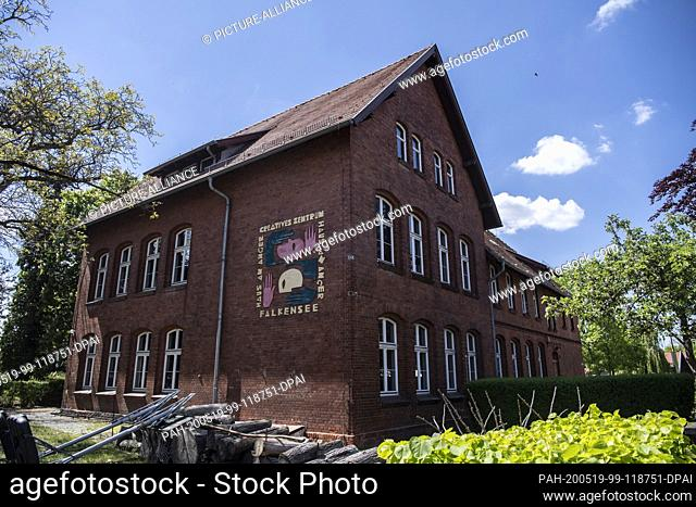 12 May 2020, Brandenburg, Falkensee: The former old school in the Brandenburg city now houses the Creative Center. A recognized youth art school of the regional...