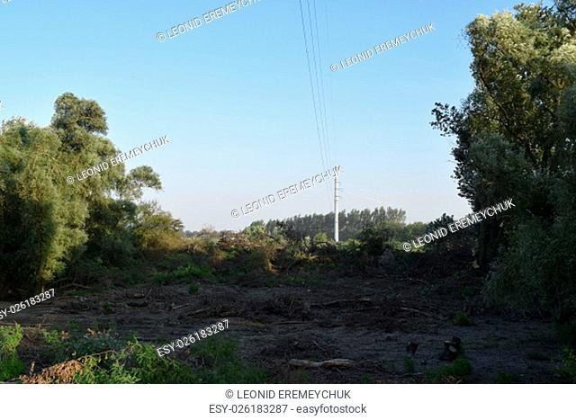 Carrying out power lines across the river. The construction of the power line