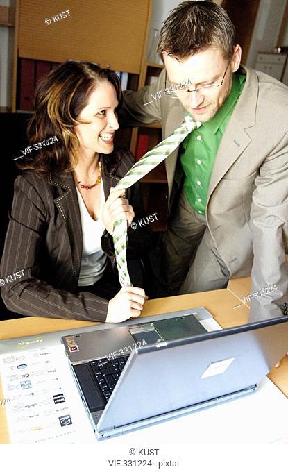 Konfliktsituation im Buero zwischen Mann und Frau, Vorgesetztem und Angestellter, Chef und Sekretaerin, sexuelle Belaestigung - 21/04/2005
