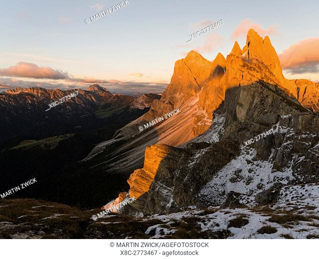 Geisler mountains (Gruppo delle Odle, Le Odle, Odles) in the nature park Puez-Geisler . The dolomites of the Groeden valley ( Val Gardena
