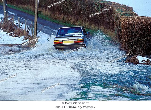 CAR CROSSING A FLOODED ROAD, FLOODING DURING THE BAD WEATHER AND DAMAGE CAUSED BY THE STORMS OF DECEMBER 1999, EURE, NORMANDY, FRANCE