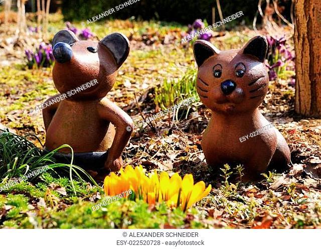 Tonfiguren im Frühlingsgarten