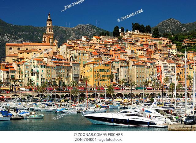 Der Alte Hafen vor der eindrucksvollen Kulisse der Altstadt von Menton mit der barocken St. Michel Kirche, Côte d'Azur, Frankreich / The Old Port against the...