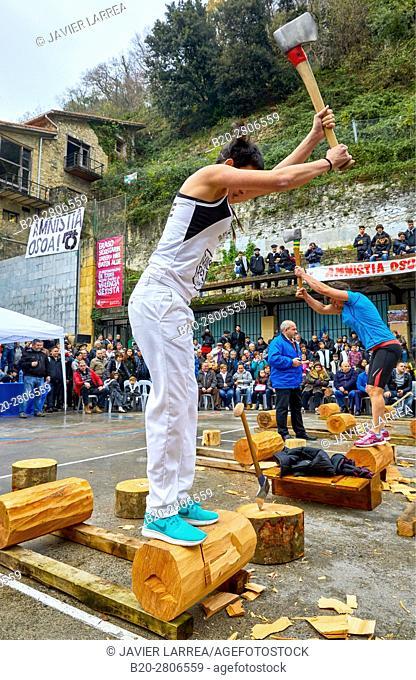 Competition of female Aizkolaris, Cutting of logs, Plaza de la Trinidad, Feria de Santo Tomás, The feast of St. Thomas takes place on December 21