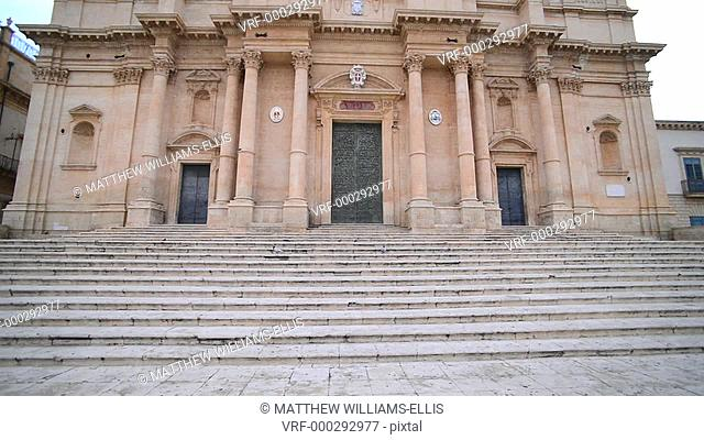Pigeons at St Nicholas Cathedral (Noto Cathedral), Val di Noto, UNESCO World Heritage Site, Sicily, Italy, Europe