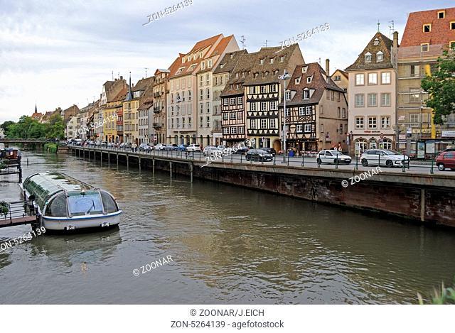 Frankreich, Elsaß, Straßburg, Stadtansicht, Ill, Boot, Wohnhäuser