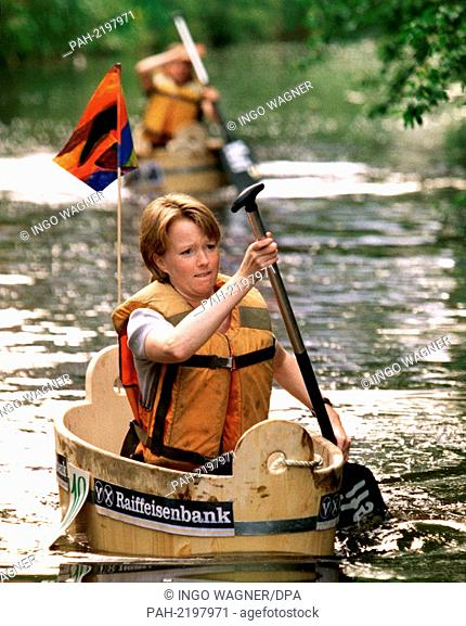 "Anja Ripken paddles in a wooden wash tub on 12.6.1999 on the Oldenburg moat """"Haaren"""" to the goal entversus, followed by her rival Sonja Grothe"