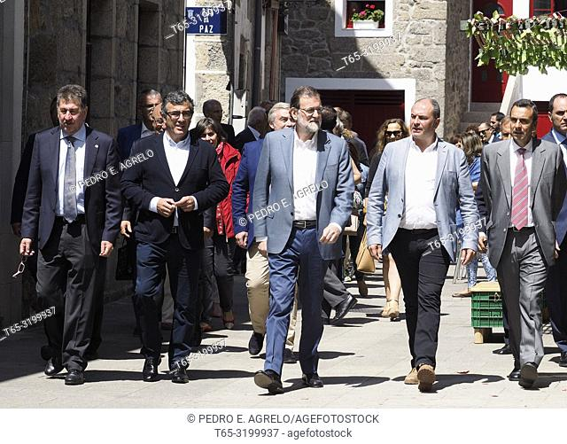 Mariano Rajoy, who spends a few days vacationing in Galicia, moves to the town of Chantada Lugo. In the image Rajoy greets in Chantada