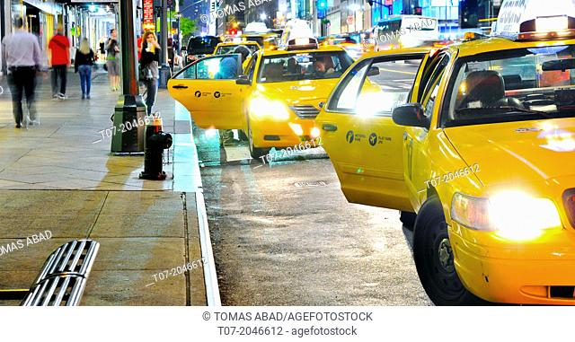 Yellow Taxis outside Grand Central Terminal, Madison Avenue, Park Avenue, Midtown Manhattan, New York City, USA