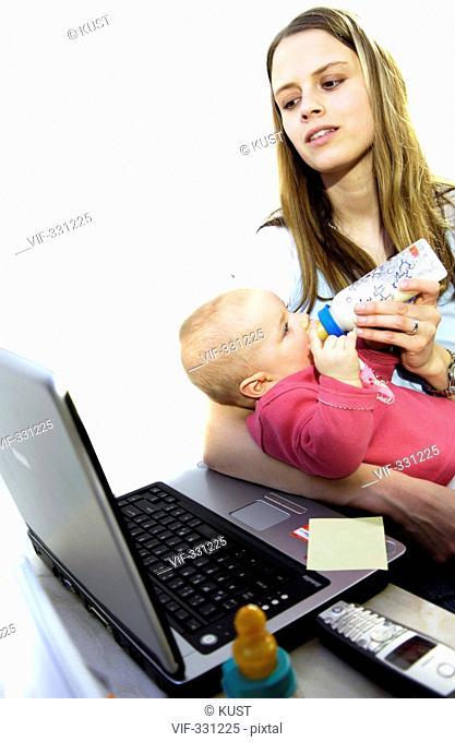 business-mummy, die junge frau am computer/telefon mit kleinkind. die powerfrau meistert beruf und familie, egal ob b³ro oder homeworking