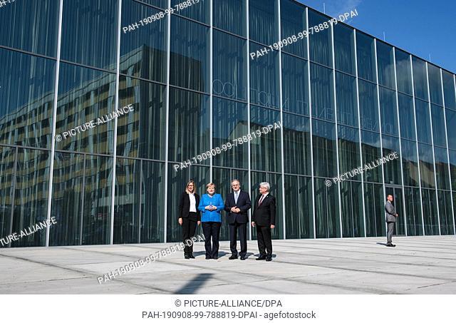08 September 2019, Saxony-Anhalt, Dessau-Roßlau: Claudia Perren (from left), Director of the Bauhaus Dessau Foundation, Federal Chancellor Angela Merkel (CDU)