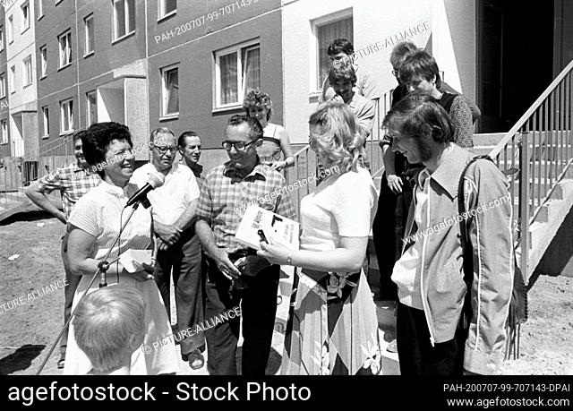 FILED - 15 September 1984, Saxony, Eilenburg: Symbolic handover of keys. In honour of the 35th anniversary of the GDR, the 500th newly built apartment is handed...