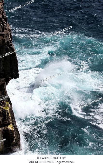 Mer et falaise au bord du site de Dun Aonghasa