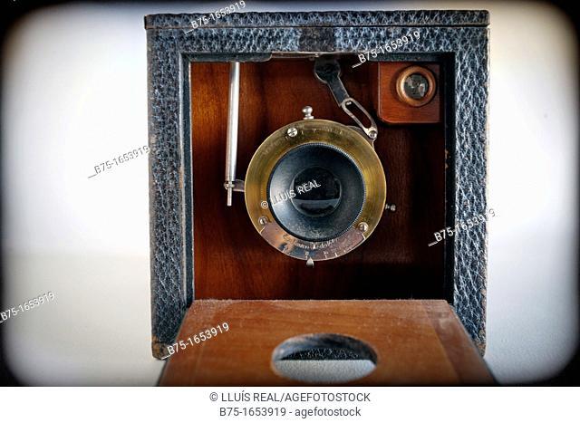 primer plano de camara de fotos antigua de madera, closeup of old photo camera wood