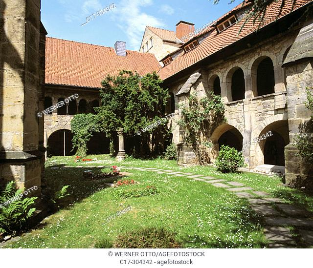 Germany, Hildesheim, Lower Saxony, cathedral, Romanesque style, courtyard, monastery gardens, cloisters