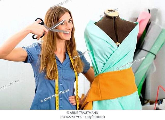 Modedesignerin im Studio bei der Arbeit