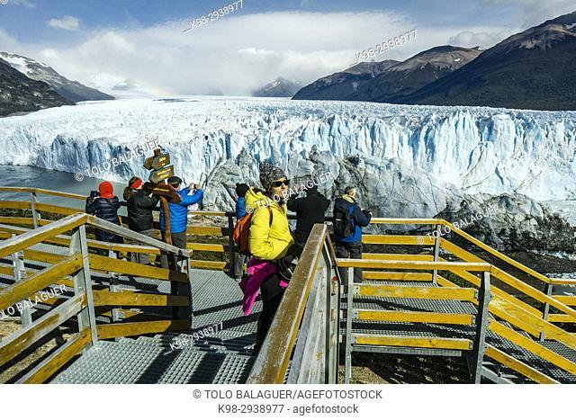 turistas en las pasarelas, glaciar Perito Moreno, Parque Nacional Los Glaciares, departamento Lago Argentino, provincia de Santa Cruz, Patagonia, Argentina