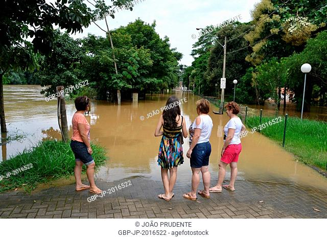 People on the sidewalk of the street flooded Porto, Piracicaba , São Paulo, Brazil , 01.2016