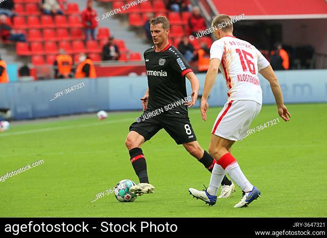 Leverkusen, Germany, 26.09.2020, 1st Bundesliga 2nd matchday, Bayer 04 Leverkusen - RB Leipzig, Lars Bender (Leverkusen), Lukas Klostermann (Leipzig)