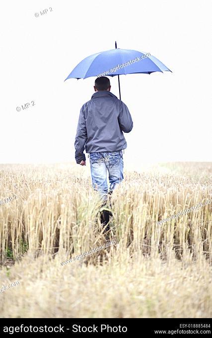 Bauer vor einem Getreidefeld
