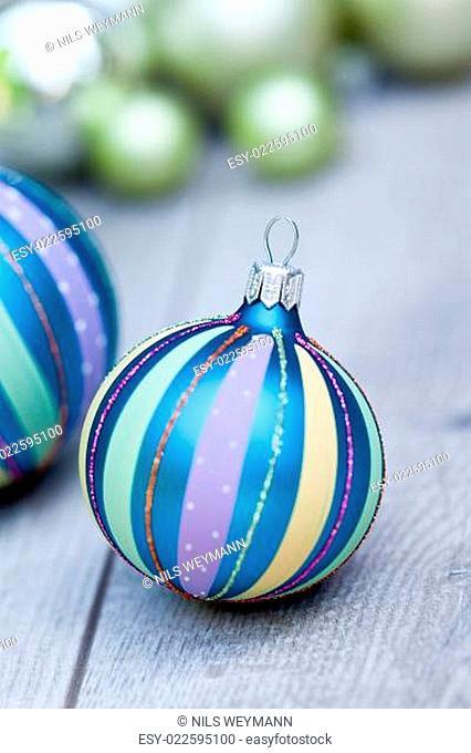 festliche glänzende weihnachtskugel dekoration in blau