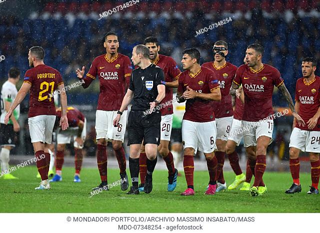 Roma football players protest with referee William Sean Collum at the end of the match during the match Roma-Borussia Monchengladbach in the olimpic Stadium