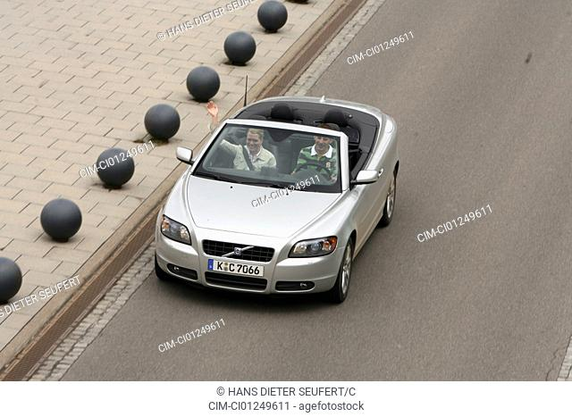 Volvo C70 T5, model year 2006-, silver, driving, diagonal from the front/oben, frontal view, City, open top