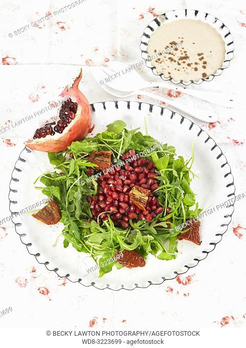 ensalada de granada con chocolate y tomates con bol de salsa tahini / Pomegranate salad with chocolate and tomatoes with bowl of tahini sauce