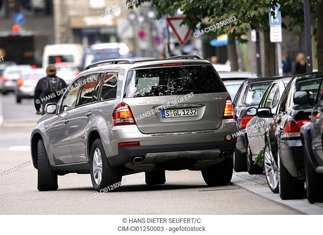 Mercedes GL 420 CDI, model year 2006-, silver, driving, diagonal from the back, rear view, City, Park, Park