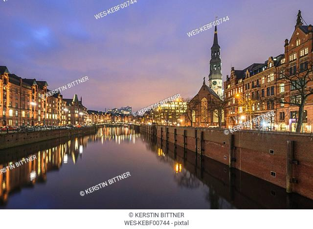 Germany, Hamburg, view to Zollkanal and Old Warehouse District, St. Catherine's Church and Elbe Philharmonic Hall in the background