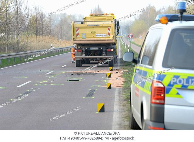 05 April 2019, Saxony-Anhalt, Halle (Saale): Following an accident, a lorry is parked on the road between the town exit of Halle and Sennewitz