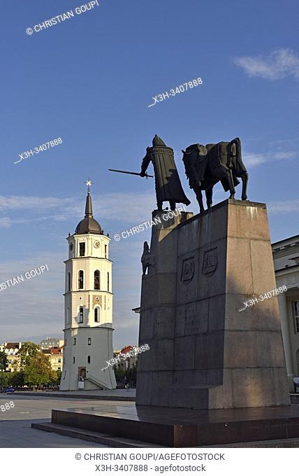 Monument dedie a Gediminas, Grand-Duc de Lituanie (1275-1341), sur la Place de la Cathedrale, Vilnius, Lituanie, Europe/Gediminas Monument (Grand Duke of...