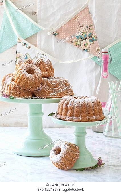 Mini wreath on cake stand
