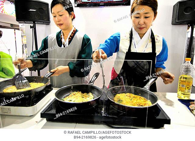 Cooks preparing chinese food in Alimentaria, International Food and Drinks Exhibition, Fira de Barcelona. L'Hospitalet de Llobregat, Barcelona, Catalonia, Spain