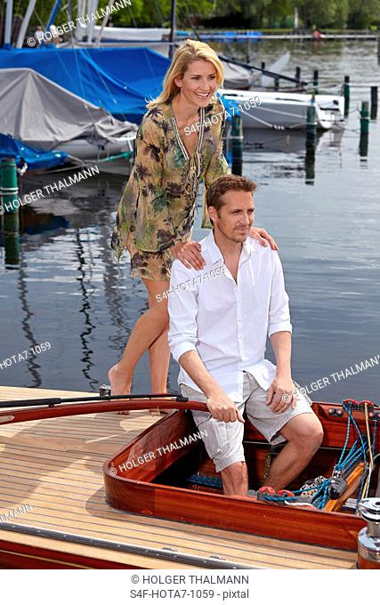 Deutschland, Bayern, Starnberger See, Paar in einem Segelboot