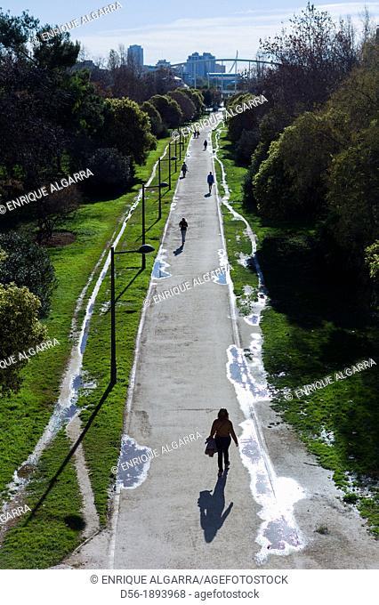 Spain, Comunidad Valenciana, Valencia, Path over old riverbed of Turia river